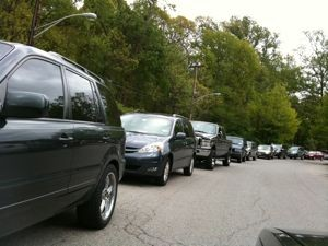 2010_Cars_waiting_to_drop_off_kids_at_school