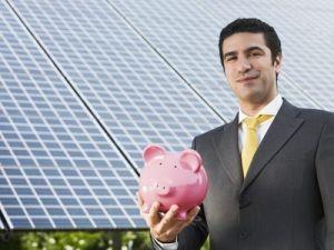 Solar_panel_biz_guy_w_piggy_bank